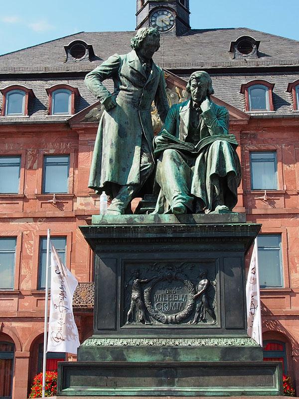 Recensione-libro-le-fiabe-dei-fratelli-Grimm-statua